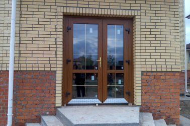пластиковые входные двери со стеклом